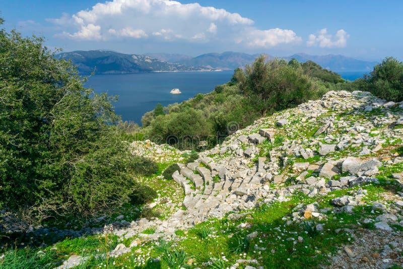 Руины и ландшафт древнего города Amos Пляж, море и гора Kumlubuk r Marmaris, Mugla, Турция стоковые изображения rf