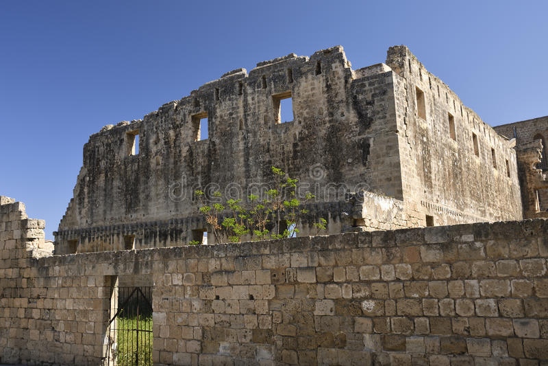 Руины и часть старой стены в городке Famagusta стоковая фотография rf