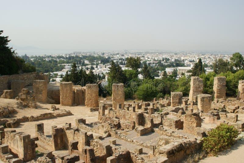 Руины Карфагена против Туниса стоковые изображения rf