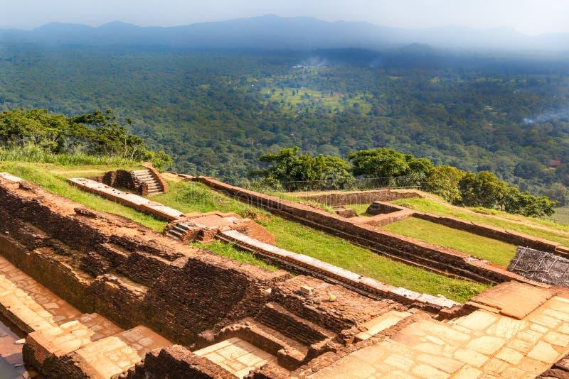 Руины крепости и взгляд на верхней части льва Sigiriya трясут стоковое изображение rf