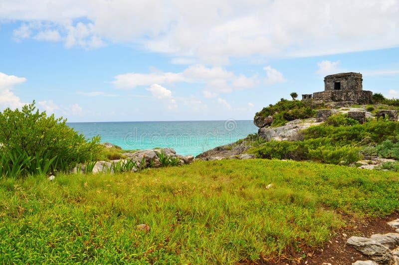 Руины на пляже стоковое изображение rf