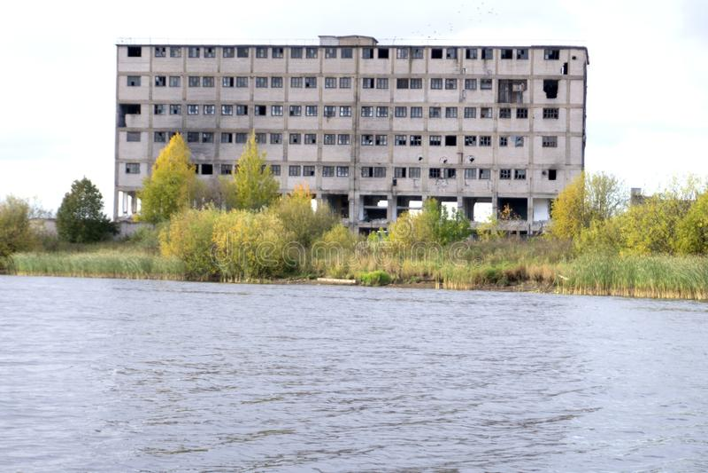 Руины очень тяжело загрязнянной промышленной фабрики, места были как один из загрязнять городков стоковые фотографии rf