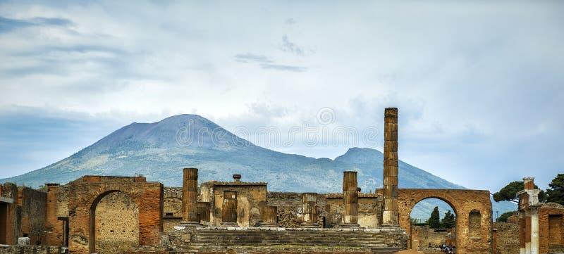 Руины Помпеи с Vesuvius в расстоянии, Италией стоковые изображения