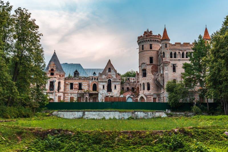 Руины разрушенного старого замка имущества Khrapovitsky в Muromtsevo, России стоковое фото