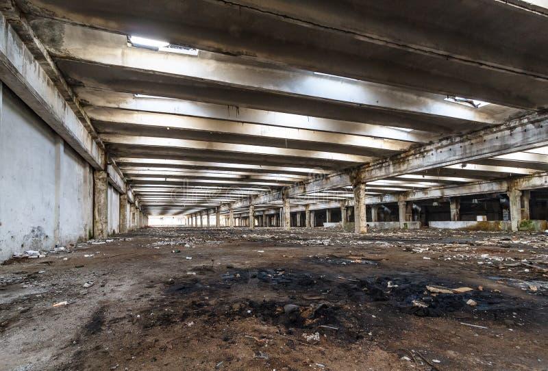 Руины разрушенных зданий промышленного предприятия покинутых или стоковое фото