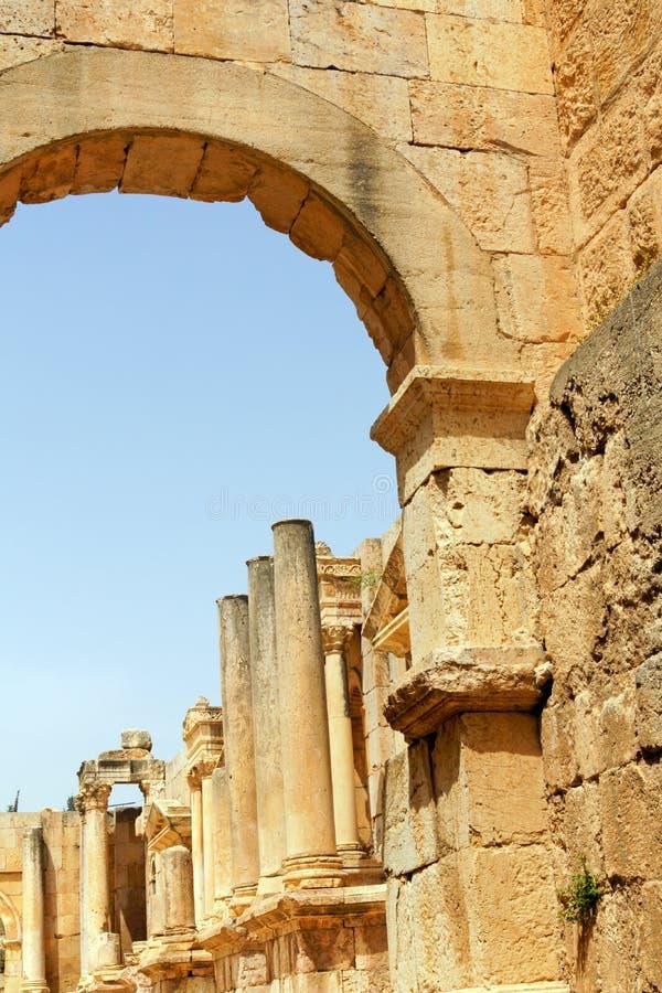 Руины северного театра в Иераше в Иордании стоковые фото