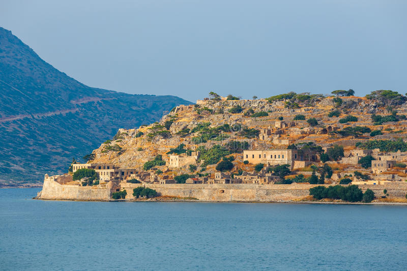 Руины средневековой крепости в острове Spinalonga, Крите, Греции стоковое фото rf