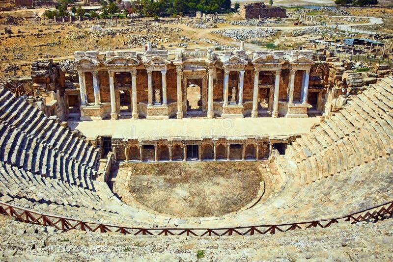 Руины старого амфитеатра, Hierapolis в Pamukkale Популярное туристское назначение в Турции Город Greco панорамы старый римский стоковая фотография rf