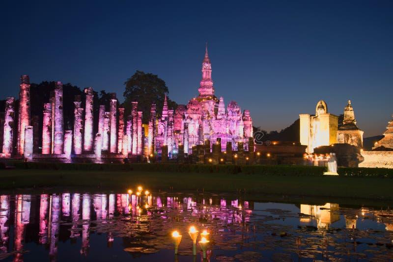 Руины старого буддийского виска Wat Mahathat в фиолетовом освещении в последнем вечере Исторический парк Sukhothai, Таиланда стоковое изображение rf