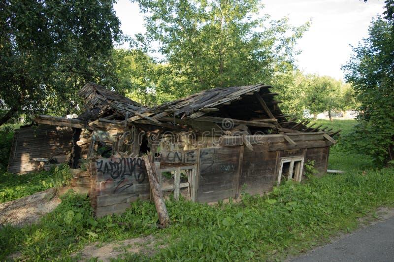 Руины старого деревянного дома стоковое изображение rf