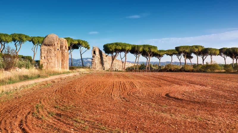 Руины старого мост-водовода на пути Appia в Риме, Италии стоковые фото