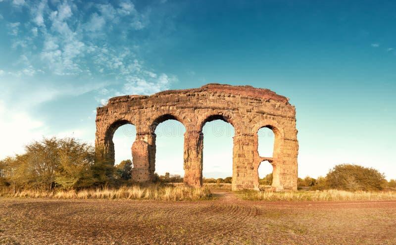 Руины старого мост-водовода на пути Appia в Риме, Италии стоковое изображение rf