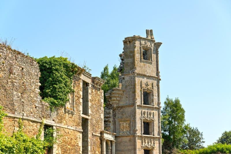 Руины старого дома с голубым небом brittani стоковое изображение rf