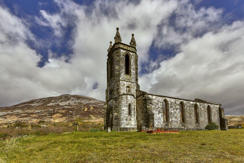 Руины старой покинутой церков с погостом в Ирландии стоковые фотографии rf