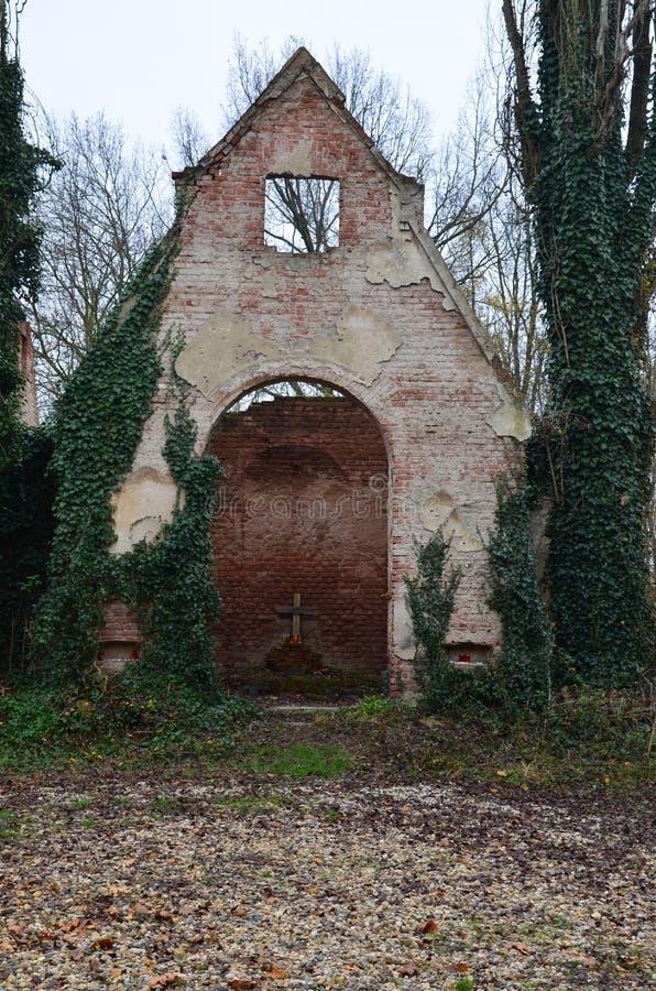 Руины старой часовни на кладбище стоковое фото