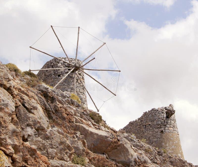 Руины старых венецианских ветрянок построенных в XV веке, плато Lassithi, Крите, Греции стоковые фотографии rf