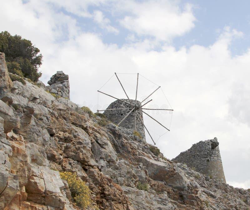 Руины старых венецианских ветрянок построенных в XV веке, плато Lassithi, Крите, Греции стоковая фотография rf