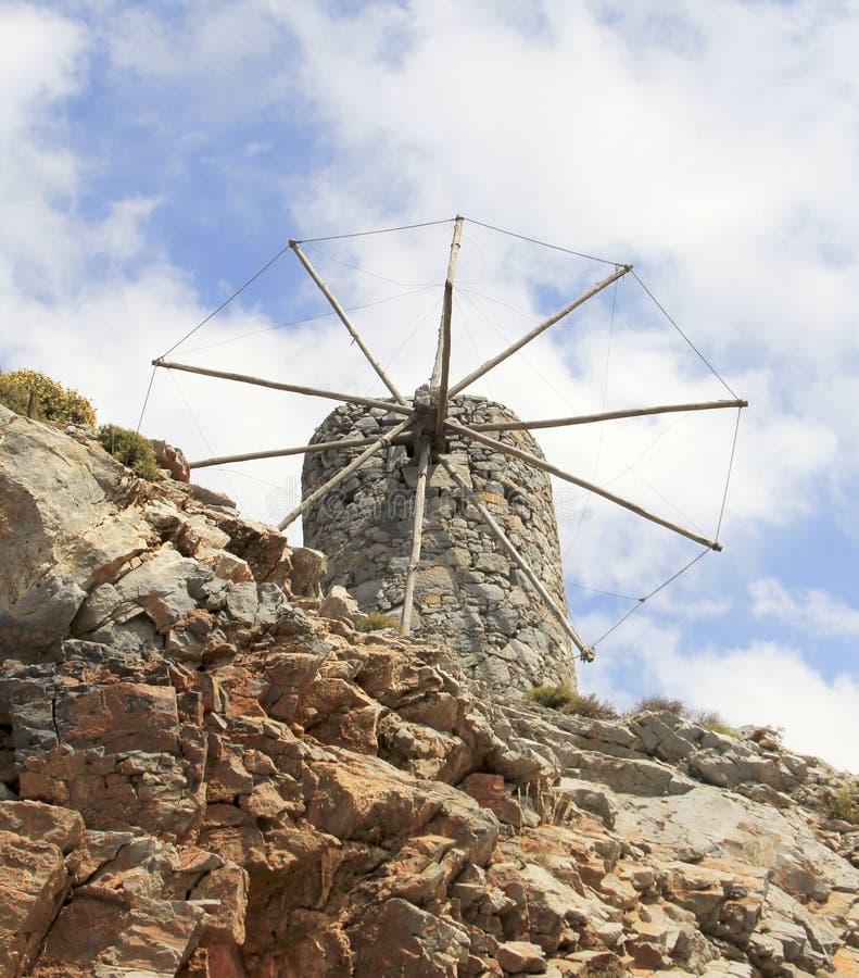 Руины старых венецианских ветрянок построенных в XV веке, плато Lassithi, Крите, Греции стоковое изображение rf