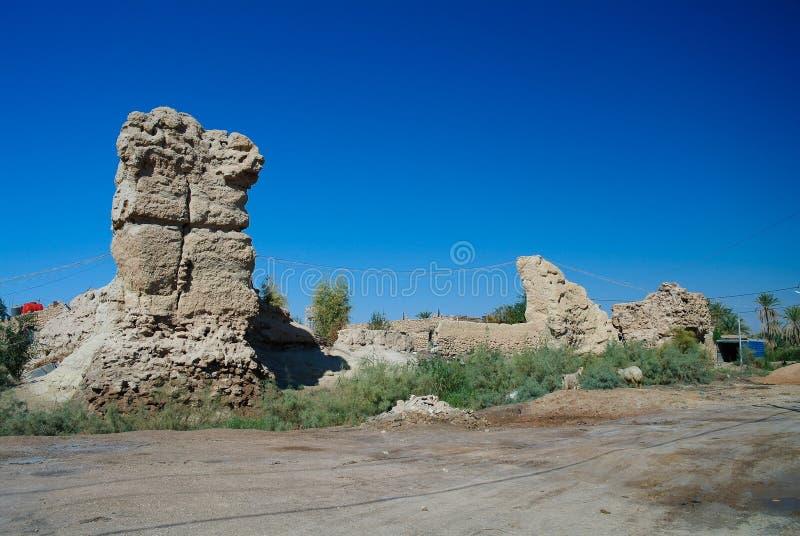 Руины стены на археологических раскопках Aqiser Al около городка Shithathah на оазисе Mardh Al около Кербелы, Ирака стоковые изображения rf
