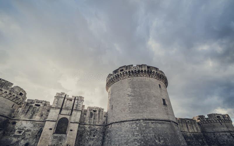 Руины тайны средневековой старой башни замка под темным страшным облачным небом в Matera Италии стоковая фотография