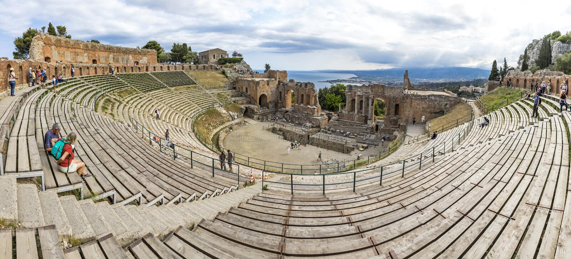 Руины театра древнегреческия в Taormina, Сицилии, Италии стоковое фото rf