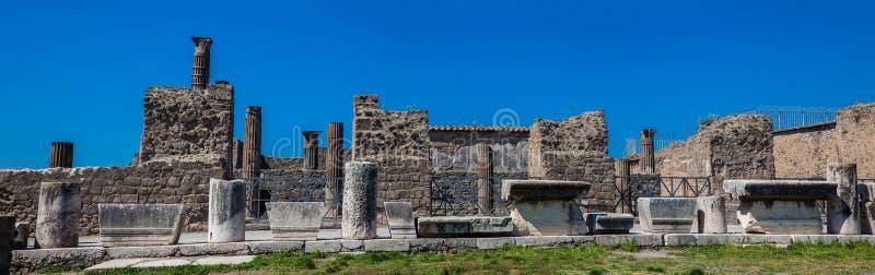Руины форума в древнем городе Помпеи стоковые изображения