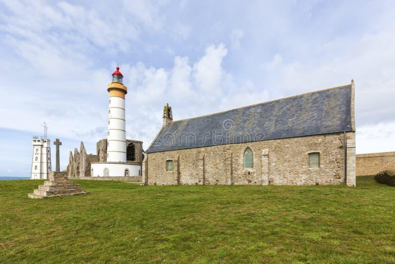 Руины часовни, маяка, семафора и аббатства на Pointe de Святом стоковая фотография