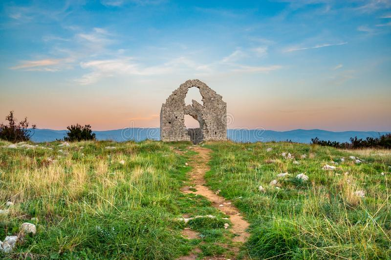 Руины часовни Sveti Marek ` s St Mark на сумраке стоковое изображение