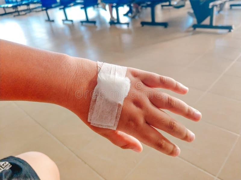 Рука аварии человека предпосылки здравоохранения с повязкой Изображение для стоковое фото rf