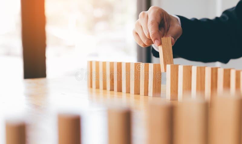 Рука бизнесмена - выберите один из деревянного блока в строке с концепцией руководства стоковое фото rf