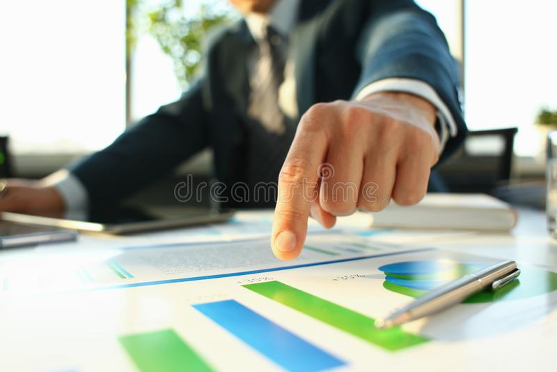 Рука бизнесмена в завалке костюма и подписания с стоковое фото rf