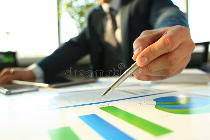 Рука бизнесмена в завалке костюма и подписания с стоковые изображения rf