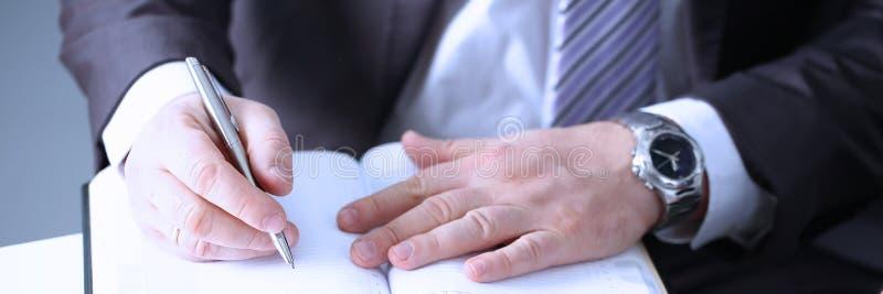 Рука бизнесмена в завалке костюма стоковое изображение rf