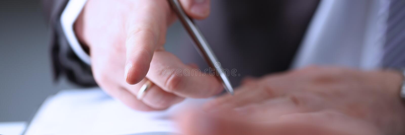 Рука бизнесмена в завалке костюма стоковое фото