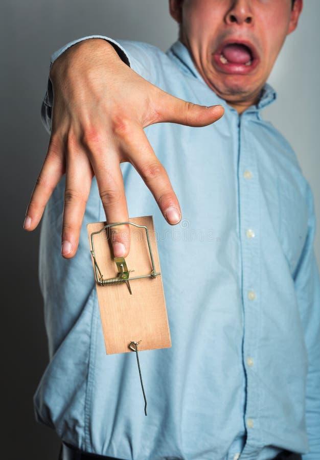 Рука бизнесмена в мышеловке стоковая фотография