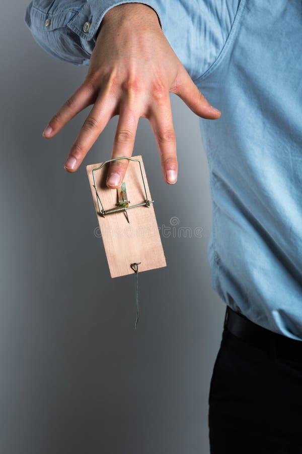 Рука бизнесмена в мышеловке стоковые изображения