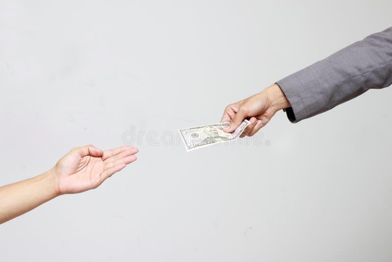 Рука бизнесмена держа доллар США, USD счеты, деньги банкноты доллара предложений и деньги давать оплатили для что-то мимо получаю стоковая фотография
