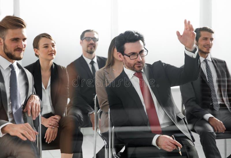 рука бизнесмена его поднимать стоковое изображение
