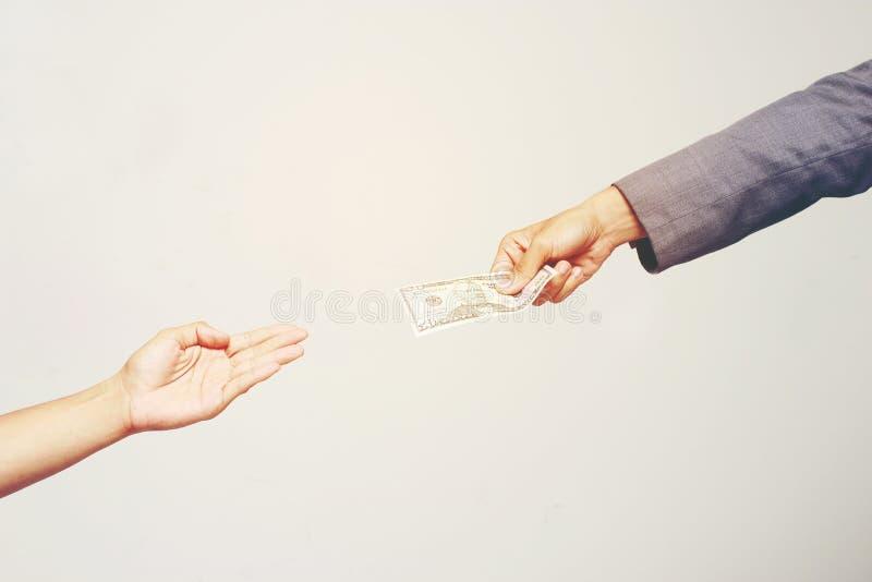 Рука бизнесмена держа доллар США, USD счеты, деньги банкноты доллара предложений и деньги давать оплатили для что-то мимо получаю стоковые изображения rf