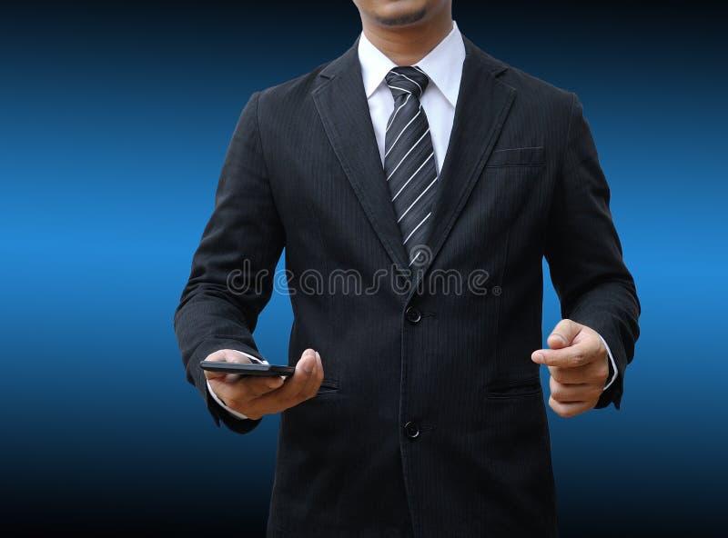 Рука бизнесмена держа smartphone стоковое фото rf