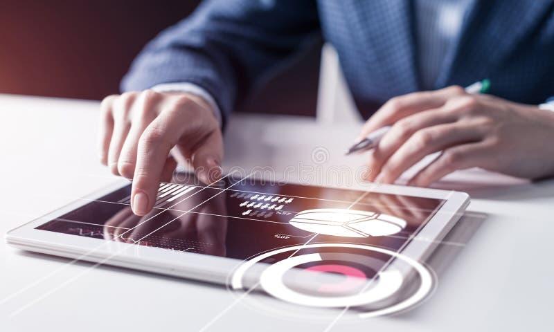 Рука бизнесмена касаясь виртуальному экрану стоковая фотография