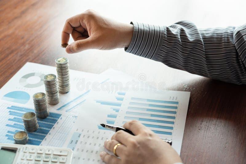 Рука бизнесмена кладя стог монетки для управления вклада денег сбережений бюджета и финансового учета или растя дело co стоковая фотография rf