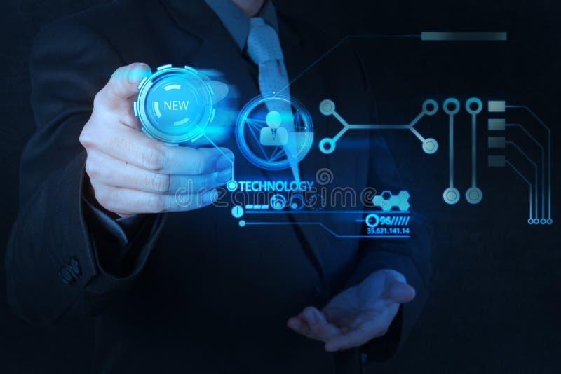 Рука бизнесмена нажимая кнопку новой технологии на современном comput стоковые фото