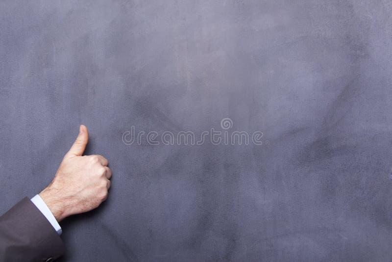 Рука бизнесмена на классн классном стоковая фотография