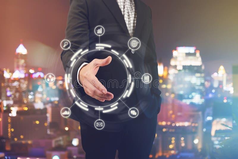Рука бизнесмена открытая для рукопожатия для того чтобы сделать дело с диаграммой дела стоковые фотографии rf