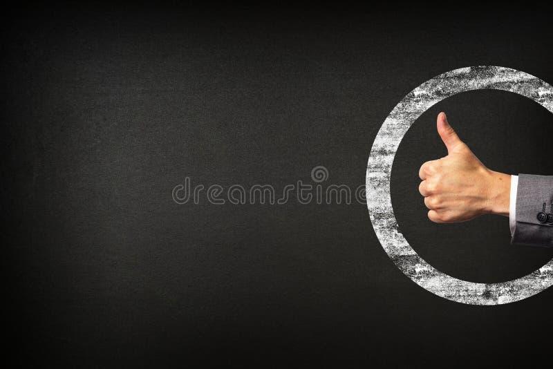 Рука бизнесмена показывая большие пальцы руки вверх на предпосылке классн классного стоковые изображения