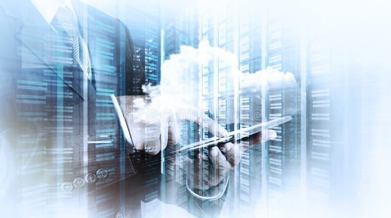 Рука бизнесмена работая при облако вычисляя стоковое фото