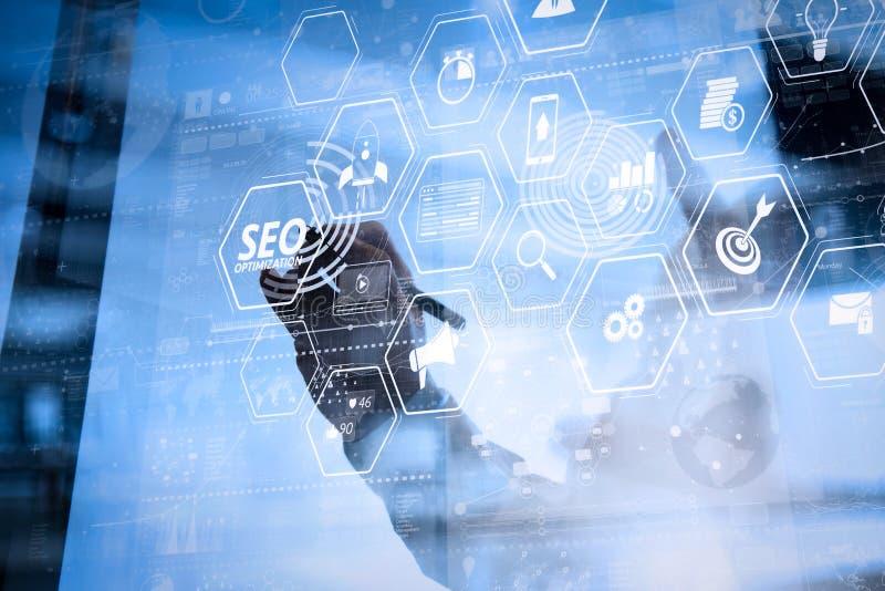 Рука бизнесмена работая с современной технологией и цифровым laye стоковое изображение