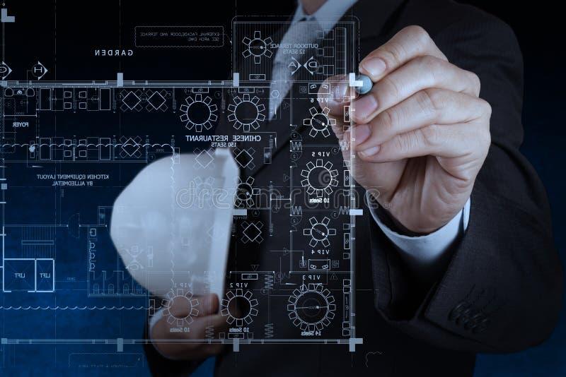 Рука бизнесмена рисуя внутреннюю строительную площадку стоковая фотография rf