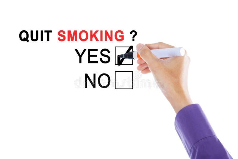 Рука бизнесмена с текстом прекращенный курить стоковое изображение